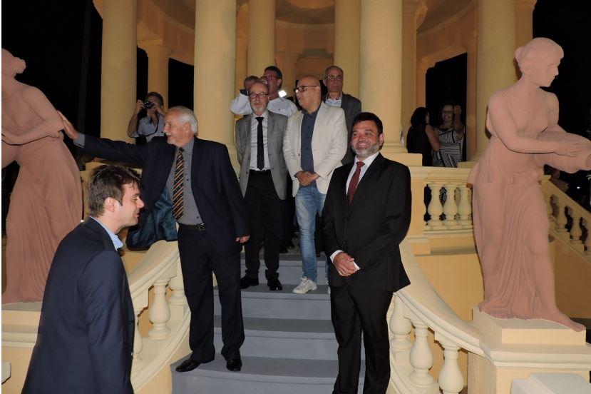 Toninho Sarasá junto às ninfas: entrega oficial do Château D'Eau à cidade aconteceu neste sábado